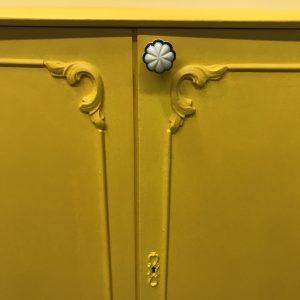 Lief romantisch geel kastje H 102 x B 85 x D 45 foto 1