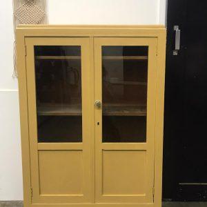 Vintage meidenkastje met glazen ruitjes in saffraan geel H 125,5 x B 84,5 x D 33 foto 1