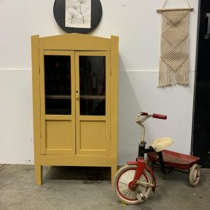 Vintage meidenkastje in saffraan geel H 106 x B 59 x D 37 foto